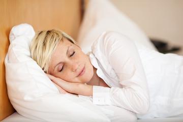 schlafende blonde frau