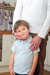 Papa hält Sohn