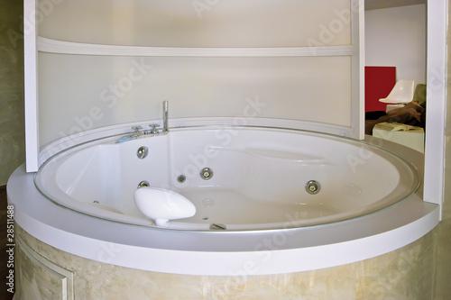 moderna vasca da bagno rotonda a idromassaggio\