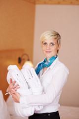 zimmermädchen mit frischer wäsche im hotel