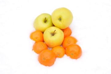 Pommes et mandarines dans la neige