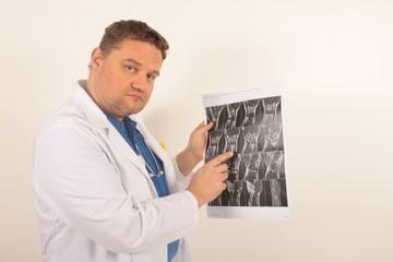 Ein Arzt hat ein Problem auf einem Rötgenbild entdeckt