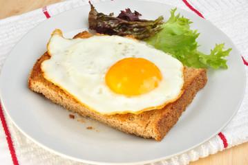 Spiegelei auf Toast mit Salat