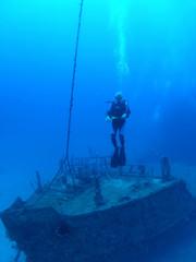 Fotobehang Schip Diver on wreck