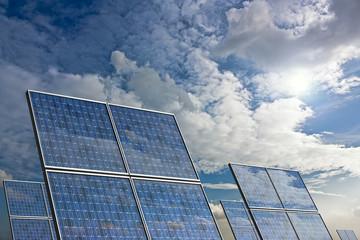 Pannelli solari con riflesso del cielo