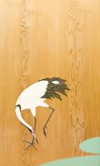 木の屏風に描かれた鶴の日本画