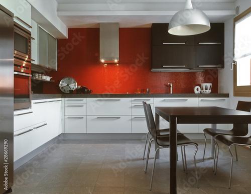 cucina moderna con alzata di piastrelle rosse\