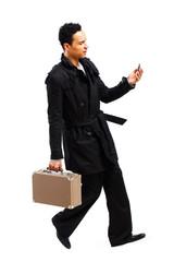 junger Mann mit Handy und Koffer