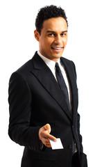 junger Geschäftsmann mit Visitenkarte