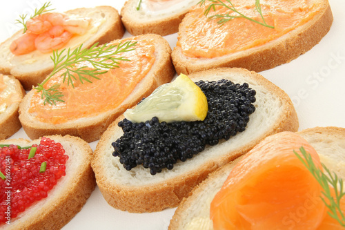 Canap s toast ap ritif photo libre de droits sur la for Canape aperitif