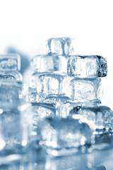 Eiswürfel fällt ins Wasser