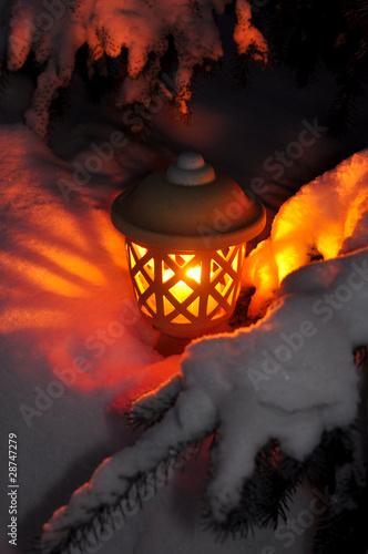 leuchtende laterne im schnee stockfotos und lizenzfreie bilder auf bild 28747279. Black Bedroom Furniture Sets. Home Design Ideas