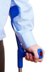 Hand stützt sich auf Krücken