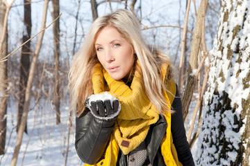 Winter Spaß Frau Schnee