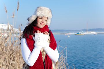 frau relaxing im winter