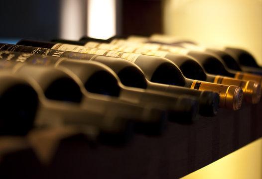 Bouteilles de vin dans sur cave sur une étagère