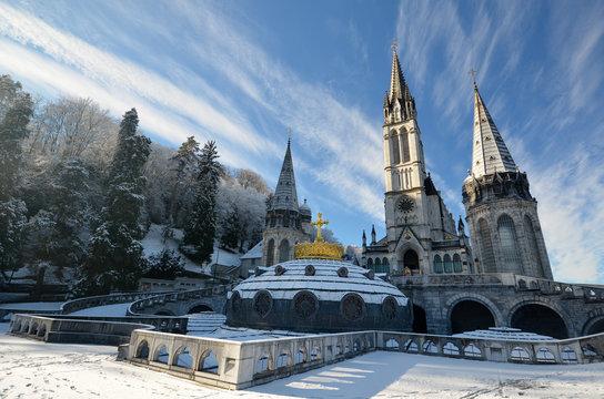 Neige sur la cathédrale de Lourdes