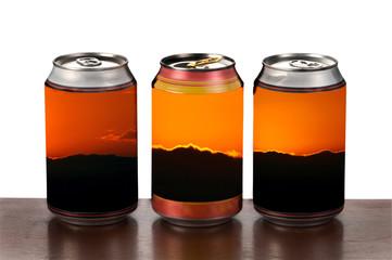 Tres  latas de bebida de colores
