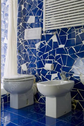 Piccolo bagno con piastrelle blu immagini e fotografie royalty free su file 28914644 - Piastrelle per bagno piccolo ...