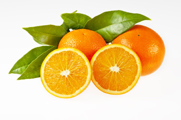 Orangen und Orangenhälften mit Blättern, isoliert