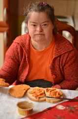 down syndrome femme mangeant