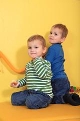 Zwillingsbrüder im Kindergarten