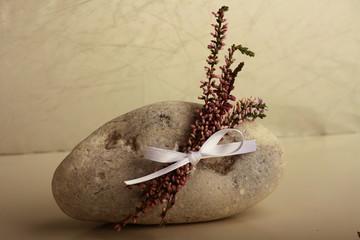 Stein mit Blüten
