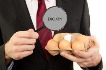 Kontrolle der Eier mit der Lupe Dioxin