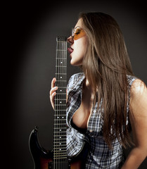 ragazza bacia chitarra