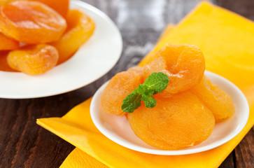 getrocknete Aprikosen auf Teller