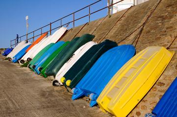 Barques contre un mur dans le port Maria à Quiberon -France