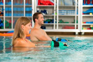 Paar macht Wassergymnastik