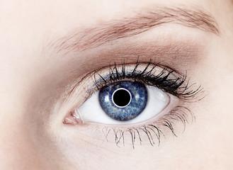 Junge Frau Auge 3 blau