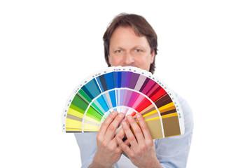mann hält farbfächer