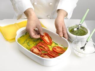 disposer poivrons et tomates dans le plat