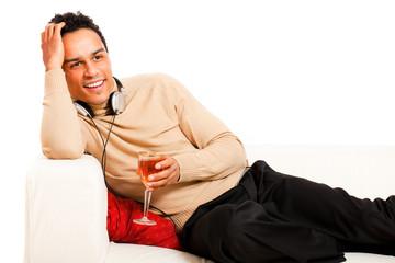 junger Mann beim entspannen auf der Couch