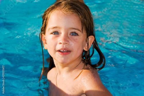 Bambina in piscina immagini e fotografie royalty free su file 29335617 - Borsone piscina bambina ...
