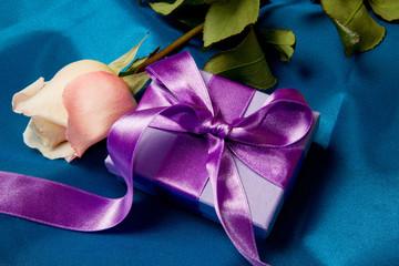 pacchetto regalo con rosa