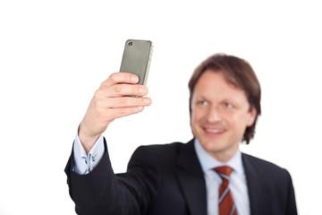 lächelnder mann mit fotohandy