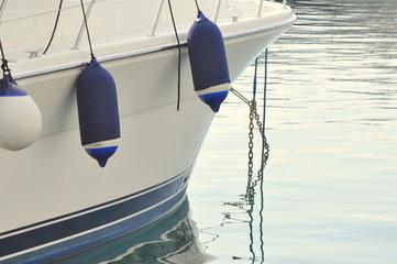 avant d'un yacht de luxe au port