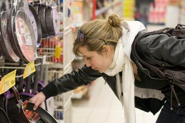 femme qui fait ses achats au supermarché