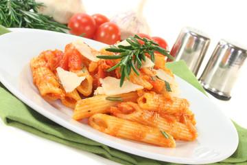 Penne mit Tomatensoße und Parmesan