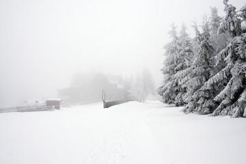 Krajobraz górski ze schroniskiem. Polska zima - fototapety na wymiar