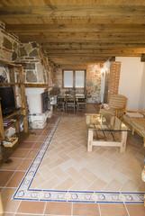 Salón con artesonado de madera.