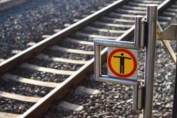 Eisenbahn Warnschild an den Gleisen