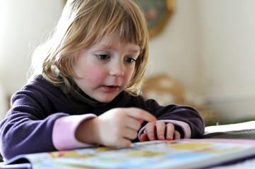 Kleinkind mit Buch