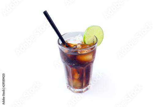 glas cola mit strohhalm und limette stockfotos und lizenzfreie bilder auf bild. Black Bedroom Furniture Sets. Home Design Ideas
