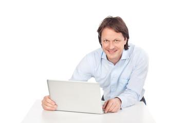 sympathischer mann mit computer