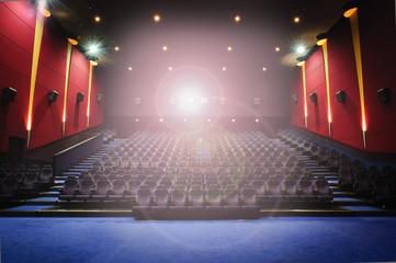 Sala cinema con luce proiezione