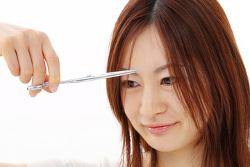 髪を切る女性